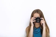Headshot młoda urocza figlarnie blondynki kobieta z ślicznym uśmiechem w kobaltu koloru bluzce bierze fotografie z czarną dslr ka Fotografia Royalty Free