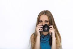 Headshot młoda urocza figlarnie blondynki kobieta z ślicznym uśmiechem w kobaltu koloru bluzce bierze fotografie z czarną dslr ka Zdjęcia Stock