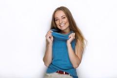 Headshot młoda urocza figlarnie blondynki kobieta z ślicznym uśmiechem w kobaltu koloru bluzce pozuje na białym tle Zdjęcie Royalty Free
