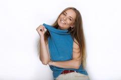 Headshot młoda urocza figlarnie blondynki kobieta z ślicznym uśmiechem w kobaltu koloru bluzce pozuje na białym tle Fotografia Royalty Free