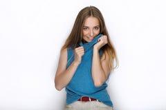 Headshot młoda urocza figlarnie blondynki kobieta z ślicznym uśmiechem w kobaltu koloru bluzce pozuje na białym tle Obraz Stock