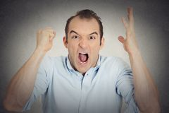 Headshot młodego człowieka gniewna wzburzona pięść w powietrza usta otwarty wrzeszczeć Zdjęcia Stock