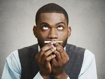 Headshot młody biznesowego mężczyzna mienie pragnie ci, wąchający, Zdjęcia Stock