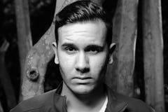 Headshot noir et blanc d'un jeune homme cubain Image stock