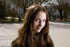 Headshot patrzeje kamerę uśmiechnięta młoda dama Zdjęcie Stock