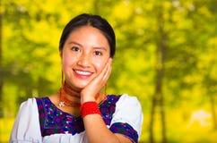 Headshot piękna młoda kobieta jest ubranym tradycyjną andyjską bluzkę z czerwoną kolią, pozuje dla kamery macania twarzy Obraz Royalty Free