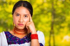 Headshot piękna młoda kobieta jest ubranym tradycyjną andyjską bluzkę z czerwoną kolią, pozuje dla kamery macania twarzy Zdjęcie Royalty Free