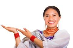 Headshot piękna młoda kobieta jest ubranym tradycyjną andyjską chustę i czerwieni kolię oddziała wzajemnie trzymać out, wręcza uś Zdjęcie Royalty Free