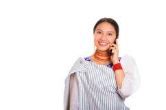 Headshot piękna młoda kobieta jest ubranym tradycyjną andyjską chustę i czerwieni kolię opowiada na telefonu komórkowego ono uśmi Obraz Stock