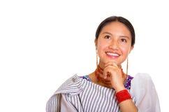 Headshot piękna młoda kobieta jest ubranym tradycyjną andyjską chustę i czerwieni kolię pozuje dla kamery, używać ręk dotykać Obraz Royalty Free