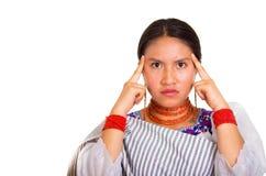 Headshot piękna młoda kobieta jest ubranym tradycyjną andyjską chustę i czerwieni kolię pozuje dla kamery, używać ręk dotykać Fotografia Stock