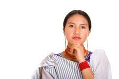 Headshot piękna młoda kobieta jest ubranym tradycyjną andyjską chustę i czerwieni kolię pozuje dla kamery, używać ręk dotykać Obraz Stock