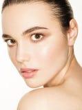Headshot piękna młoda kobieta nad białym tłem Zdjęcie Royalty Free