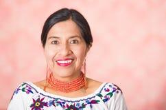 Headshot pięknego latynosa macierzysta jest ubranym tradycyjna andyjska odzież, pozuje szczęśliwie podczas gdy ono uśmiecha się k Zdjęcie Stock