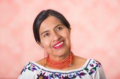 Headshot pięknego latynosa macierzysta jest ubranym tradycyjna andyjska odzież, pozuje szczęśliwie podczas gdy ono uśmiecha się k Obrazy Royalty Free