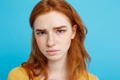 Headshot-Porträt der zarten Rothaarigejugendlichen mit dem ernsten Ausdruck, der Kamera betrachtet Kaukasisches Frauenmodell mit Lizenzfreie Stockbilder