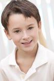 Headshot Portrait eines glücklichen lächelnden jungen Jungen Stockbilder