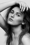 Headshot portret, czarny i biały moda modela dziewczyna Obrazy Stock