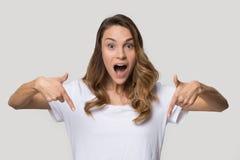 Headshot portret zaskakująca kobieta wskazuje palce zestrzela patrzeć kamerę zdjęcie stock