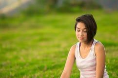 Headshot profilu dosyć nastoletnia latynoska dziewczyna Zdjęcia Stock