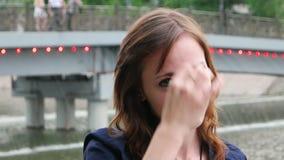 Headshot przystojne rudzielec kobiety plenerowe w mieście zdjęcie wideo