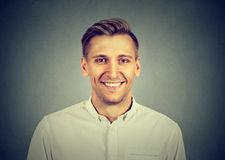 Headshot som ler den moderna mannen, professionell royaltyfria foton