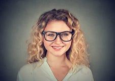 Headshot szczęśliwa uśmiechnięta kobieta w szkłach zdjęcia stock