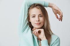 Headshot szczęśliwa zadowolona blondynki dziewczyna jest ubranym błękit Europejski pojawienie z ciemnymi oczami sleeved odgórny p Zdjęcie Stock