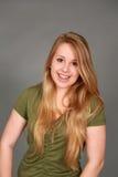 Headshot uśmiechnięta nastoletnia dziewczyna z brasami obrazy royalty free