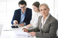 Headshot van bedrijfsvrouw bij onderhandeling Groep bedrijfsmensen die vragen bespreken op vergadering in modern bureau stock afbeeldingen