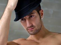 Headshot van de knappe jonge mens die hoed dragen Royalty-vrije Stock Afbeeldingen
