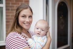 Headshot van een Moeder en Haar Babyzoon stock foto's