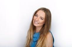 Headshot van jonge aanbiddelijke blondevrouw die met leuke glimlach grote zwarte professionele controlehoofdtelefoons dragen tege royalty-vrije stock afbeelding