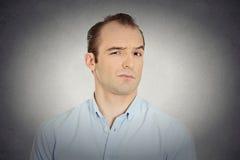 Headshot verärgert, wütender, gestörter, skeptischer, mürrischer Geschäftsmann Lizenzfreies Stockbild