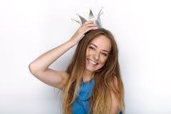 Headshot von jungen entzückenden Blondinen mit nettem Lächeln in handgemachter Prinzessinkrone auf weißem Hintergrund Lizenzfreies Stockfoto