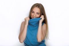 Headshot von jungen entzückenden spielerischen Blondinen mit nettem Lächeln in der Kobaltfarbbluse, die auf weißem Hintergrund au Lizenzfreie Stockfotos