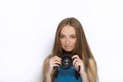 Headshot von jungen entzückenden spielerischen Blondinen mit nettem Lächeln in der Kobaltfarbbluse, die mit schwarzer dslr Kamera Lizenzfreie Stockfotos