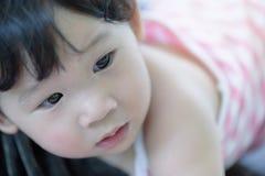 Headshoten av den gulliga asiatet behandla som ett barn flickan royaltyfria bilder