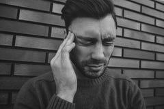 Headshoten av emotionella galna manliga skrän högt, irriteras med någon eller något, uttrycker negativa sinnesrörelser som isoler royaltyfria bilder