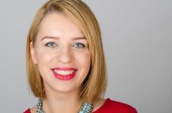 Headshotporträt einer glücklichen Frau Stockfotos