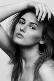 Headshotporträt, Schwarzweiss-Mode-Modell-Mädchen Stockbilder