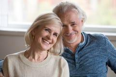 Headshotportret van gelukkig midden oud romantisch paar die binnen stellen royalty-vrije stock afbeelding
