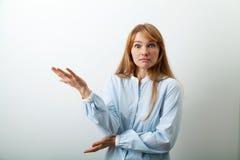 Headshotportret van jonge Europese dame met rode haar en sproeten stock foto