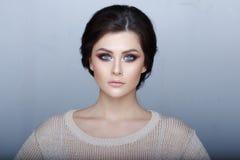 Headshotportret van sensueel donkerbruin meisje met verbazende groene ogen, perfecte samenstelling, die camera bekijken Grijze ac royalty-vrije stock foto's