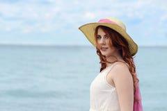 Headshotrödhårig mankvinna vid havet Arkivfoto