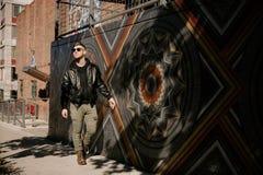Headshots do retrato de um homem caucasiano Guy Modeling da forma moderna atrativa considerável nova perto da arte exterior local fotos de stock