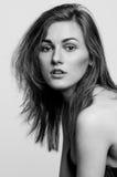 Headshotstående, svartvit flicka för modemodell Royaltyfri Bild