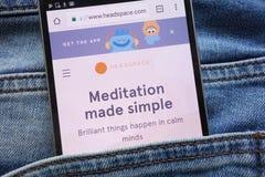 Headspacewebsiten som visas på smartphonen som döljas i jeans, stoppa i fickan royaltyfri bild