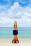 Headstand par la plage Photos libres de droits