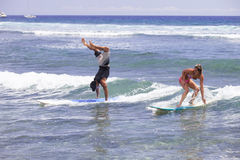 Headstand tout en surfant Hawaï Photo libre de droits